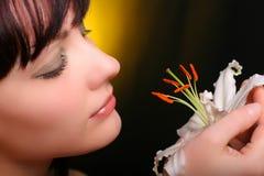Brunette con las flores del lirio blanco Imágenes de archivo libres de regalías