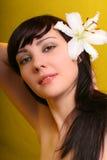 Brunette con las flores del lirio blanco Fotografía de archivo libre de regalías