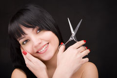 Brunette con las tijeras del peluquero Imágenes de archivo libres de regalías