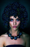 Brunette con las uvas Imagen de archivo libre de regalías