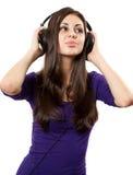 Brunette con los auriculares Fotos de archivo libres de regalías