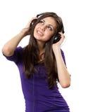 Brunette con los auriculares Imagenes de archivo