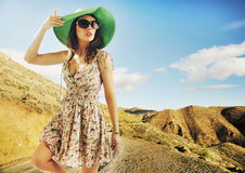 Brunette cutie με τα τεράστια γυαλιά ηλίου και το πράσινο καπέλο Στοκ Εικόνες