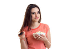 Brunette Cutie που χαμογελά με τη TV μακρινή και pop-corn Στοκ εικόνες με δικαίωμα ελεύθερης χρήσης