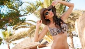 Brunette da beleza no console tropical Imagens de Stock Royalty Free