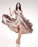 Brunette dans la robe de ondulation Photographie stock