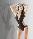 Brunette dans le maillot de bain noir photographie stock libre de droits