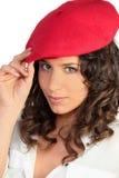 Brunette dans un béret rouge Photo libre de droits