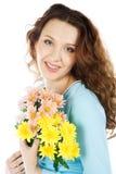 Brunette de beauté avec le bouquet de fleur Photographie stock
