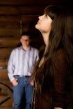 Brunette de femme et jeune homme dans la hutte en bois de logarithme naturel Photographie stock libre de droits