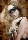 Brunette de la sensualidad con la máscara veneciana, la fantasía y la estafa romántica Fotos de archivo