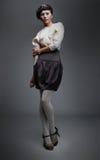 Brunette del modelo de manera en la presentación negra de la falda Foto de archivo libre de regalías