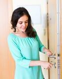 Brunette, der äußere Tür entriegelt Lizenzfreie Stockbilder
