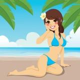 Brunette, der auf dem Sand sitzt Stockfoto