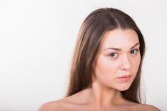 Brunette, der auf einem weißen Hintergrund aufwirft stockfoto