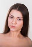 Brunette, der auf einem weißen Hintergrund aufwirft lizenzfreies stockfoto