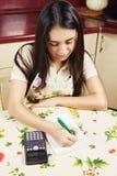 Brunette, der Berechnungen bildet Stockfoto