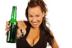Brunette, der eine Flasche anhält Lizenzfreies Stockbild