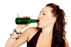 Brunette, der eine Flasche Bier trinkt Stockfoto