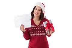 Brunette, der Geschenk- und Verkaufszeichen hält Stockfotografie