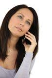 Brunette, der ihr Telefon verwendet Lizenzfreies Stockfoto