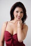 Brunette, der reizvolle rote Oberseite trägt lizenzfreie stockfotografie