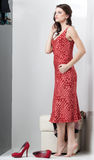Brunette, der rotes Kleid betrachtet Lizenzfreie Stockbilder