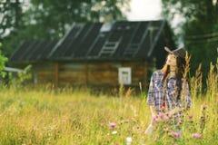 Brunette in der rustikalen Art Lizenzfreies Stockfoto