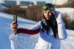 Brunette, der selfie auf Winter tut Lizenzfreie Stockbilder