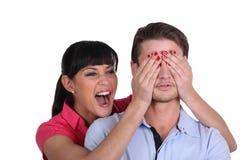Brunette, der Trick auf Verlobtem spielt stockfoto