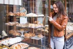 Brunette die buitensporige cakes bekijken royalty-vrije stock afbeelding