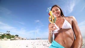 Brunette die een cocktail smaken stock videobeelden