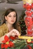Brunette die een te eten beet heimelijk neemt Royalty-vrije Stock Foto's