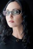 Brunette die glazen draagt Stock Afbeelding