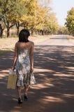 Brunette die met koffer loopt Royalty-vrije Stock Afbeeldingen
