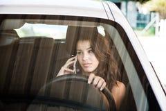Brunette die op mobiele telefoon spreekt Stock Afbeelding