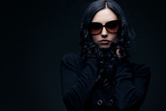 Brunette die zonnebril draagt Stock Foto