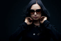 Brunette die zonnebril draagt Stock Fotografie