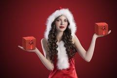 Brunette doce de Santa que espalha seus braços Fotos de Stock