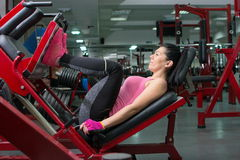 Brunette doing the leg press Royalty Free Stock Photo