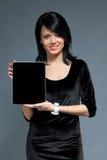 Brunette e dispositivo de almofada do toque Fotos de Stock Royalty Free