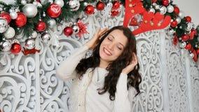 brunette in een hertenkostuum Carnaval-hertenhoornen, Kerstmis Carnaval, Kerstmisgrap stock video