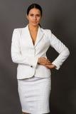 Brunette in een wit pak Stock Afbeeldingen