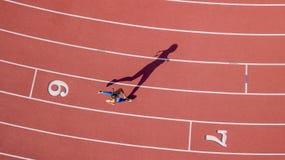 Brunette-Eignungs-Modell Running On eine Bahn Lizenzfreie Stockfotos
