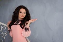 Brunette in einem rosa Kleid lizenzfreie stockfotografie