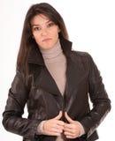 Brunette in einer Lederjacke Lizenzfreies Stockfoto