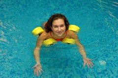 Brunette en agua con los dumbbels Fotografía de archivo