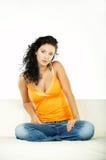 Brunette en el sofá fotografía de archivo