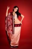 Brunette en la sari india Fotos de archivo libres de regalías