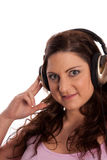 Brunette en música que escucha de los auriculares Imágenes de archivo libres de regalías
